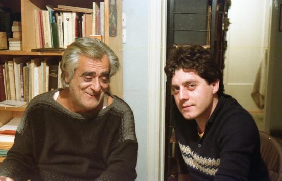Ο ποιητής Θωμάς Γκόρπας με τον Μανώλη Νταλούκα (Φωτογραφία : Θωμάς Τριάντος, 1986)