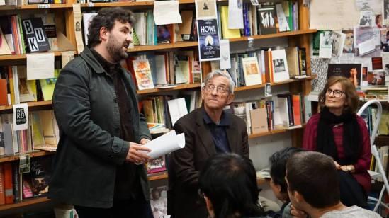 Στην παρουσίαση του βιβλίου. Από αριστερά, ο ποιητής Γιώργος Μουρατίδης (μεταφραστής των ποιημάτων), ο ποιητής Νίκος Νομικός και η εκδότρια Ελένη Νίκα